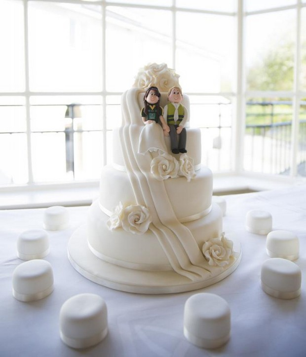julie-cummins-real-wedding_white_rose_wedding_Cake