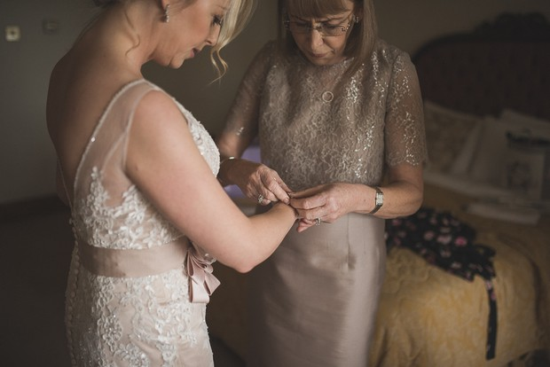 bride-getting-ready-with-mother-morning-of-wedding (4)