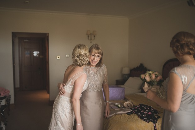 bride-getting-ready-with-mother-morning-of-wedding (6)
