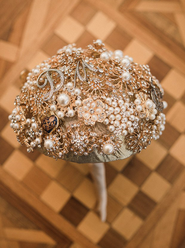 DIY-gold-brooch-bouquet