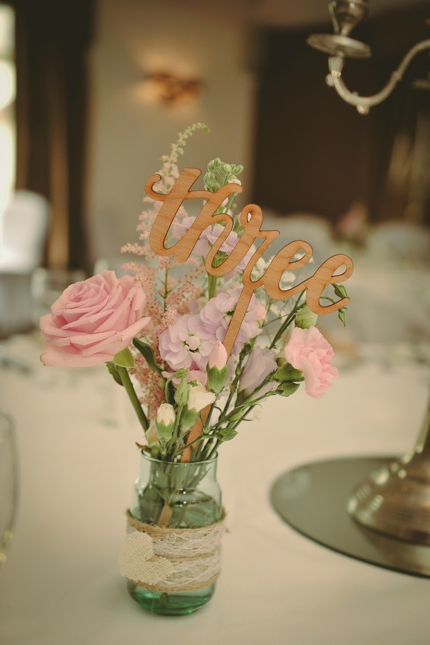 pretty-table-numbers-ideas-worded-sign-gold-pink-country-style
