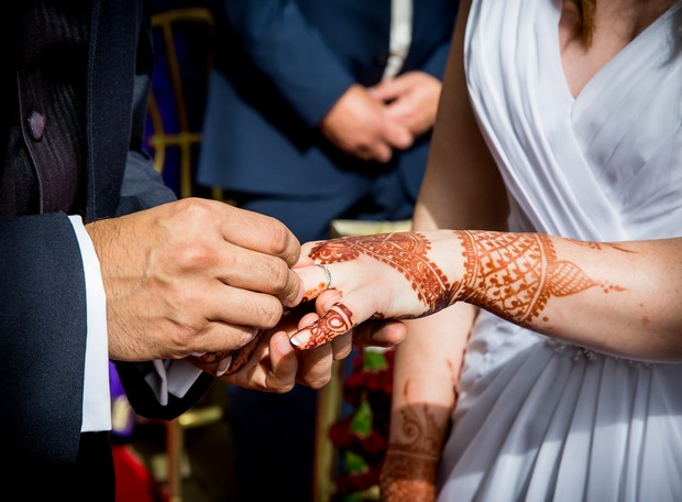 bride-with-henna-tattoo-hands-exchanging-rings (2)