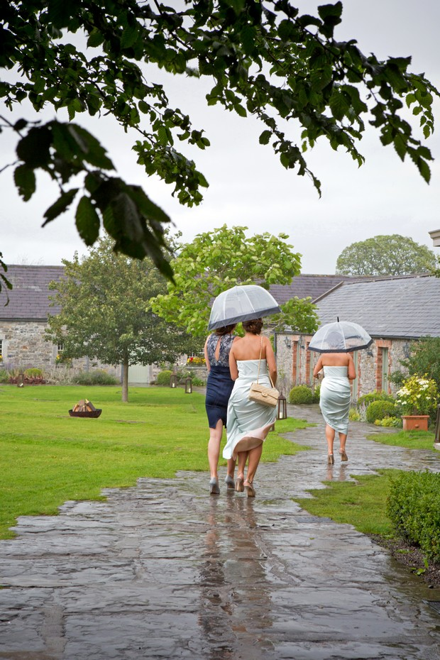 23_Rainy_Day_Wedding_Photography_Guests (1)