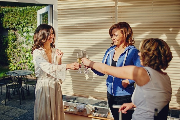 16-Bride-drinking-champagne-wedding-morning-family (1)