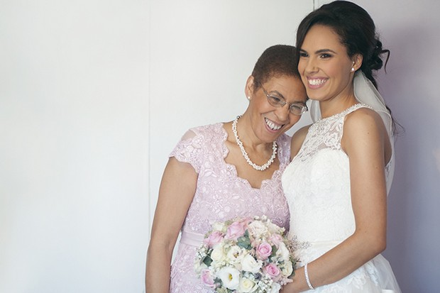 11-Bride-with-stylish-Mother-pink-lace-mother-of-the-bride-dress