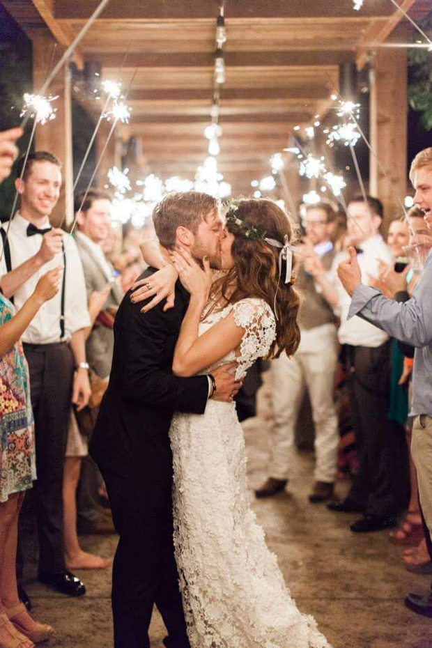 wedding-couples-kissing-surrounded-by-sparklers