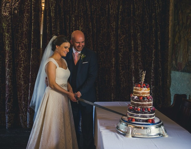 barberstown-castle-wedding-bride-and-groom-cutting-cake