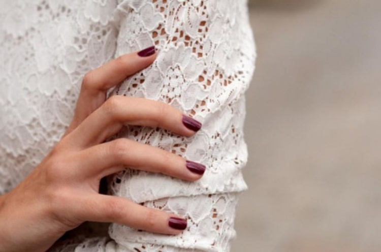 DARK-NAIL-POLISH-WEDDING-MANICURE-VAMP