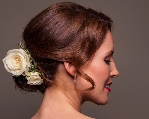 Bridal upstyle complimenedt with flowers