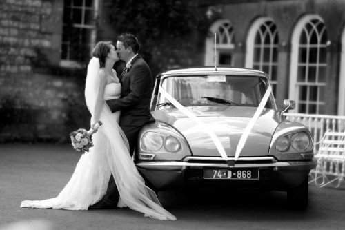 bride and groom with vintage car, vintage style, bride and groom kiss, wedding reportage, natural moment,