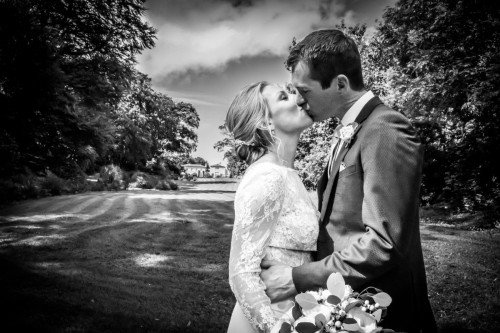 Wedding kiss - Laura and Benny Photography